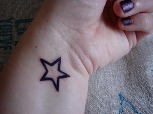 сердечко, украшенное картинки тату из звезд на руке покупают абонементы